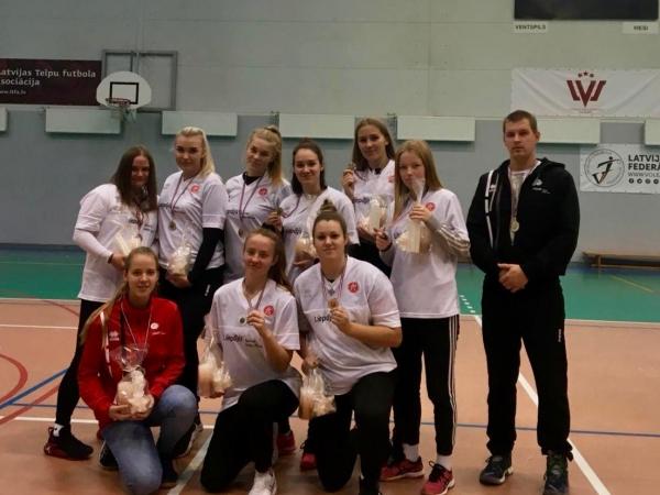 U-19 meitenes no volejbola turnīra atved otro vietu